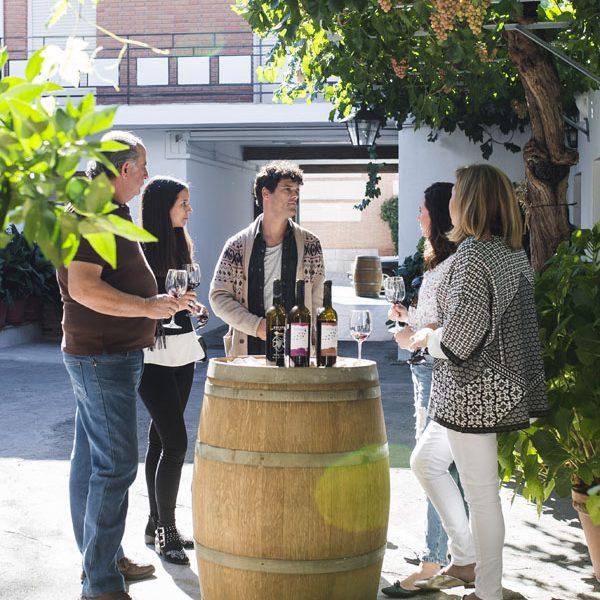 Miguel Abellan en Bodega Muñoz Martin de Navalcarnero Mesa improvisada con vinos